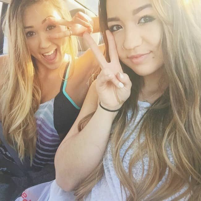 Mia Stammer (Right) and Lauren Riihimaki in an Instagram selfie in January 2015