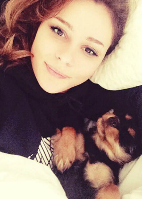 Bella Dayne in a selfie with her dog in September 2014