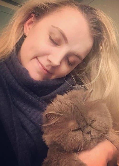 Evanna Lynch in a selfie with her cat in February 2018