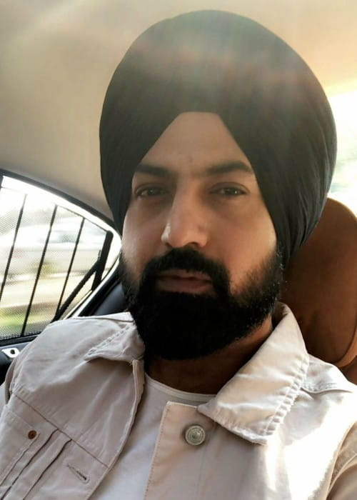 Gippy Grewal promoting his movie Subedar Joginder Singh in a selfie in February 2018