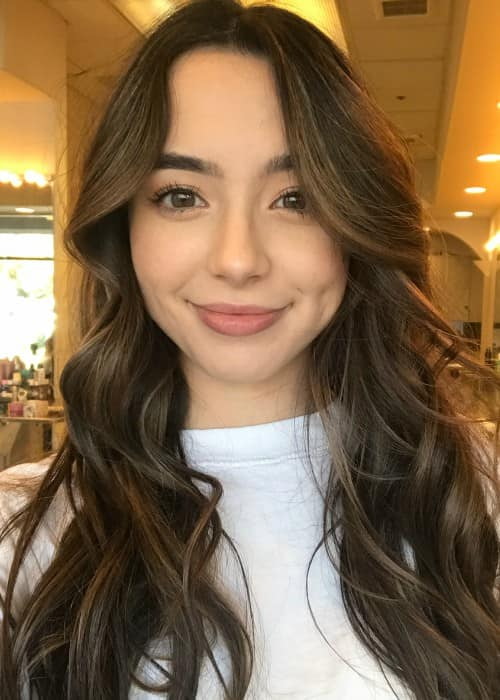 Veronica Merrell promoting hair expert Alexis North in a selfie in December 2017