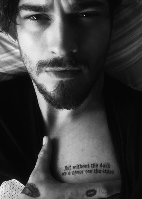Çağatay Ulusoy showing his tattoo in a selfie in July 2016