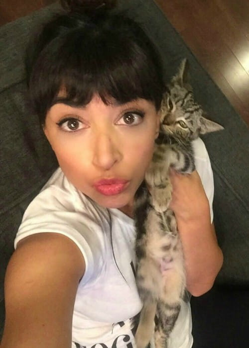 Hannah Simone in a selfie with her cat in November 2017
