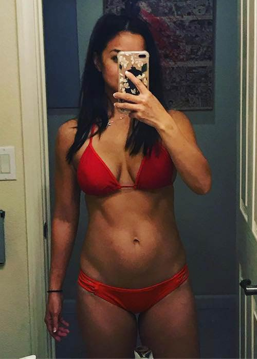 Maria Kang showing her taut stomach at the age of 37
