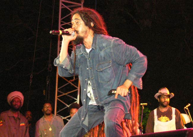 Damian Marley singing at the 2008 Smile Jamaica Concert