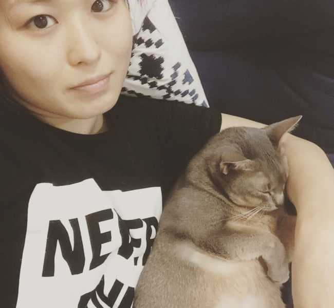 Io Shirai in a selfie with her cat in July 2017