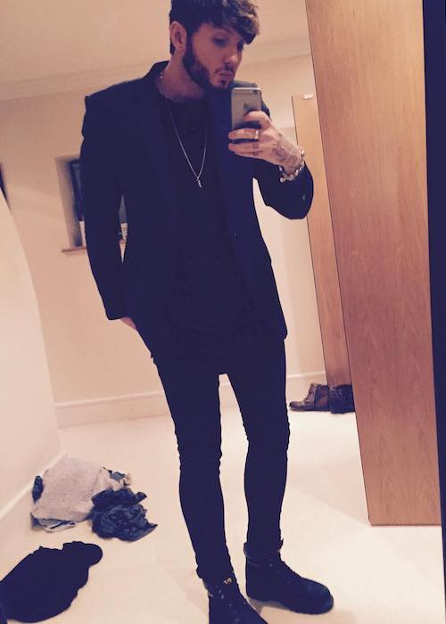 James Arthur looks dapper in a mirror selfie in October 2015