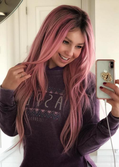 Thalía in pink hair in February 2018 selfie