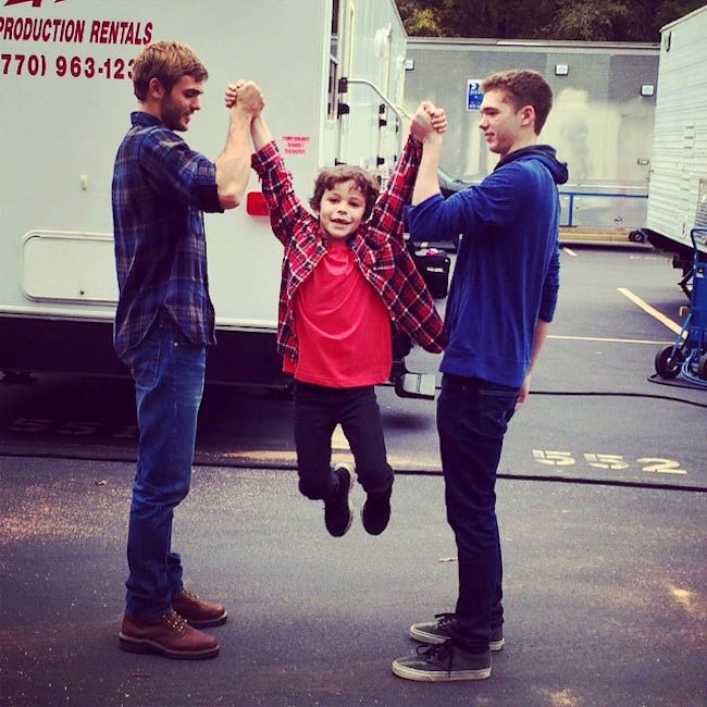 Alex Roe (Extreme Left) in a candid pic with Jake Yancey (Right) and a young one in November 2014