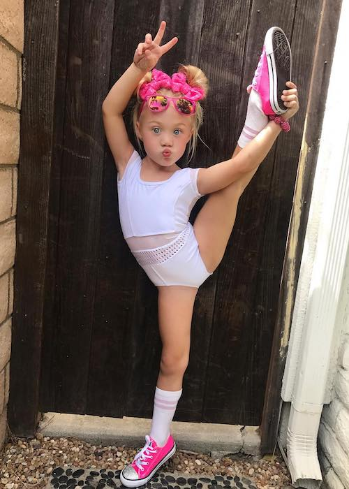 Everleigh Soutas showing her flexible body in August 2017