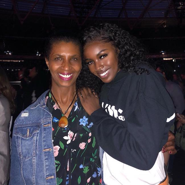 Leomie Anderson with her mother in June 2018
