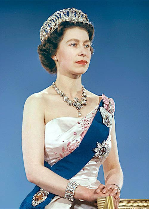 Queen Elizabeth II portrait wearing the Vladimir Tiara and Queen Victoria Jubilee Necklace in 1959