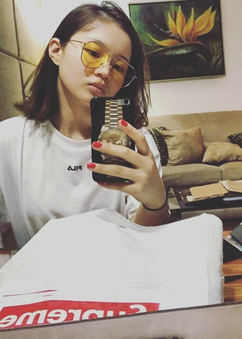 Lee Hi in a selfie in September 2016