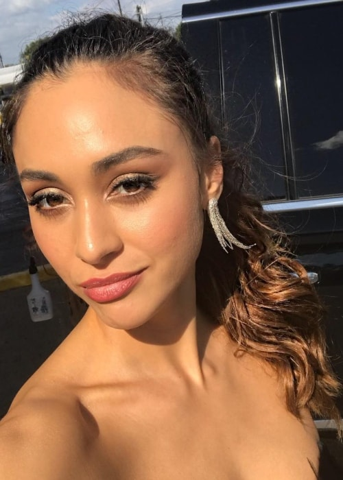 Lindsey Morgan in a selfie while attending the 2018 WonderCon