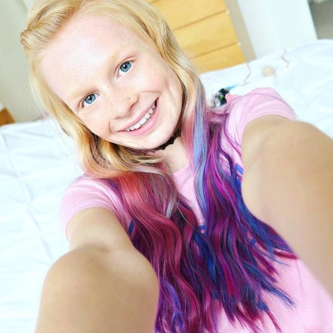 Mia Fizz in a selfie capturing her Unicorn-hair in August 2017