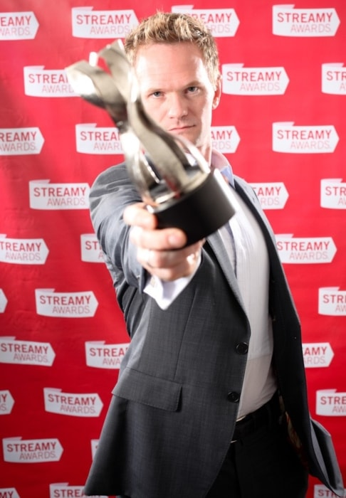 Neil Patrick Harris posing with a trophy at the 1st Streamy Award in March 2009