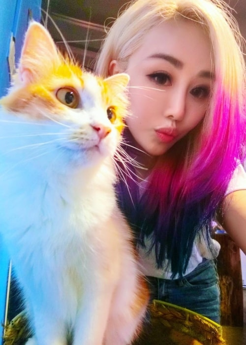 Wengie in a selfie with a kitty she encountered in Malaysia in November 2017