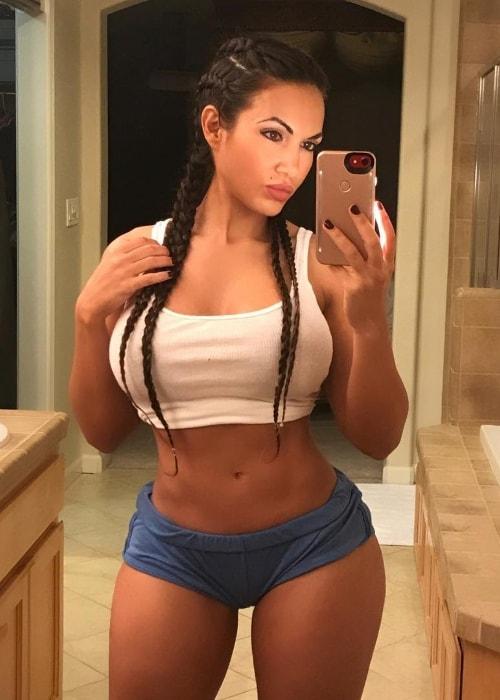 Aylen Alvarez in a mirror selfie in August 2017