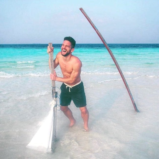 Dries Mertens shirtless seaside at Jumeirah Vittaveli Hotel in January 2018