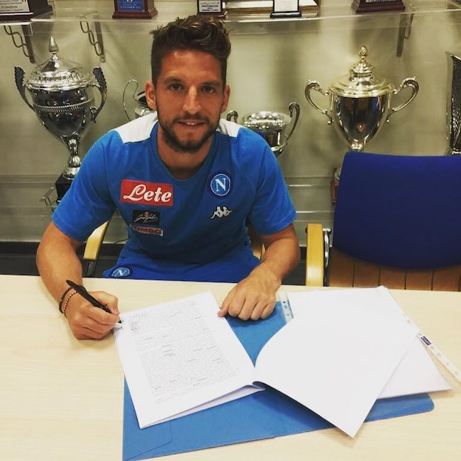 Dries Mertens signing autograph in May 2017
