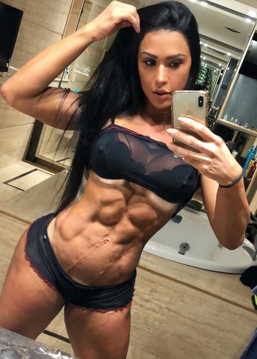 Gracyanne Barbosa showing her ripped body in a mirror selfie in August 2018