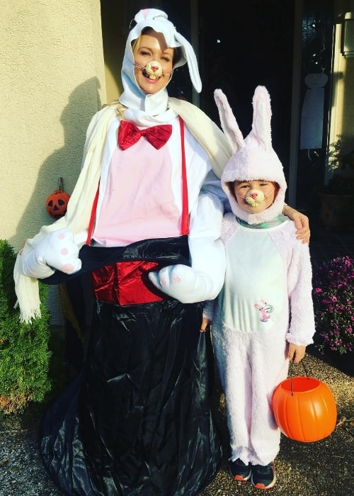 Jewel dressed for Halloween with her son in November 2017