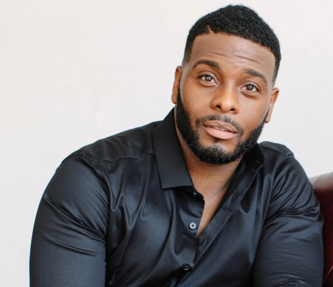 Kel Mitchell in a black silk shirt in March 2018