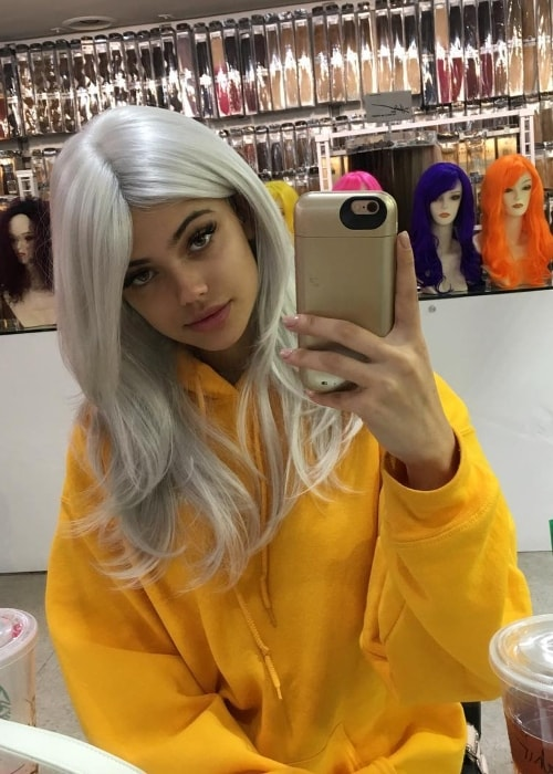 Kelsey Calemine in a mirror selfie in a platinum blonde wig in October 2016