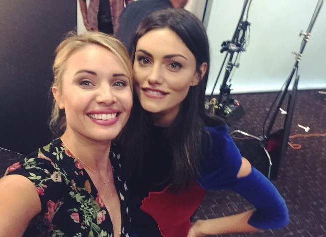 Leah Pipes (Left) in a selfie with Phoebe Tonkin in July 2015