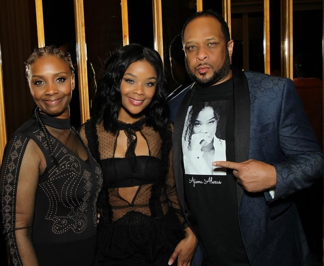 Ajiona Alexus with her parents in April 2018