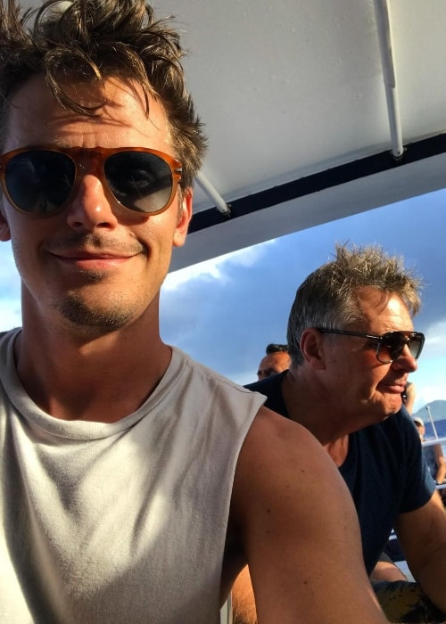 Antoni Porowski in a selfie with his dad in the background at Bourg Des Saintes, Guadeloupe in November 2017