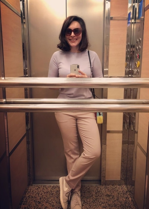 Ezgi Mola in an elevator selfie in June 2018