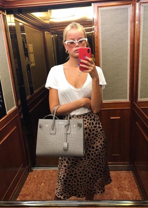 Frida Aasen in a mirror selfie in June 2018