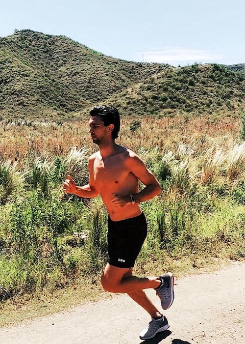 Javier Pastore shirtless running outdoors in December 2017