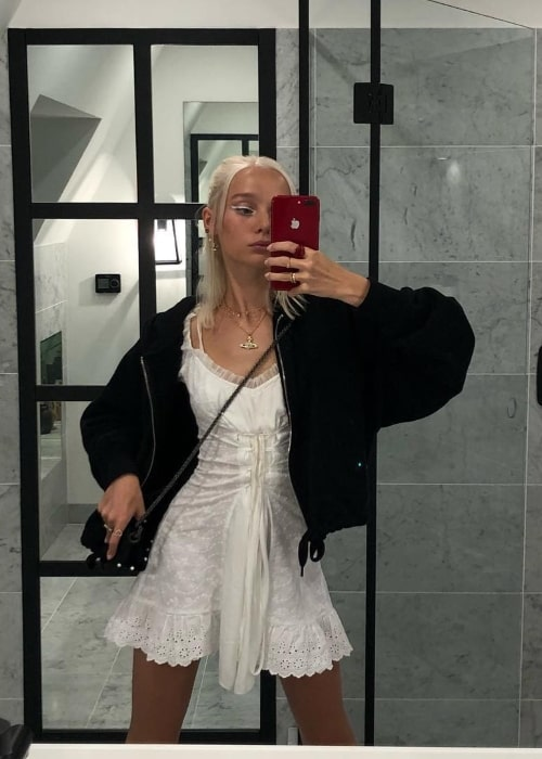 Maddi Waterhouse in a mirror selfie in September 2018
