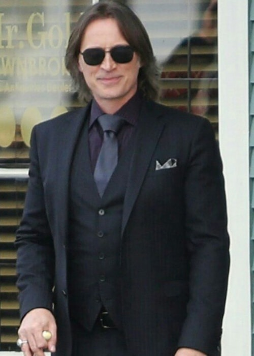 Robert Carlyle in a well-suited picture