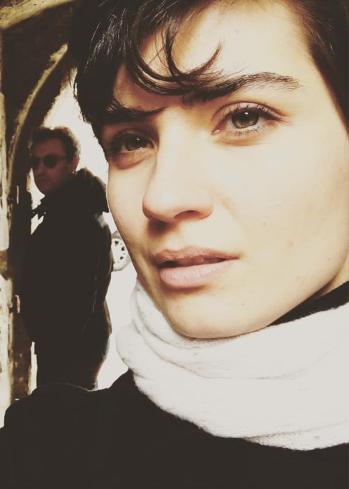 Tuba Buyukustun in a selfie with Onur Saylak in the background in London in February 2016