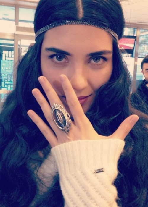 Tuba Buyukustun showing her ring in a picture in January 2015