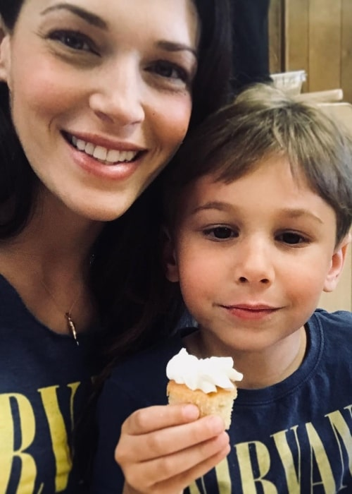 Amanda Righetti in a selfie with her son in December 2017