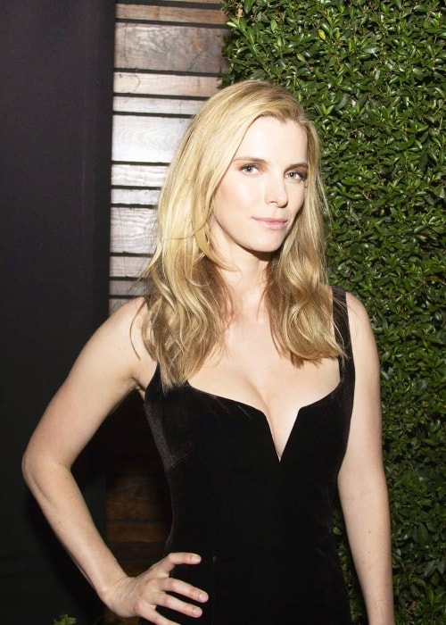 Betty Gilpin looks stunning in a black dress