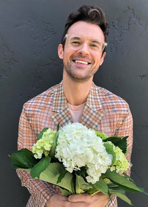 Brad Goreski posing with a bouquet in October 2018