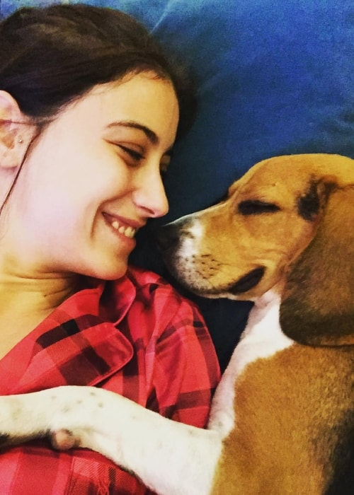 Hazal Kaya with her beagle in December 2015