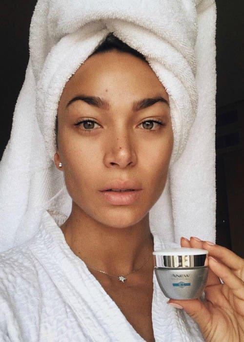 Lisandra Silva promoting Avon Chile in an Instagram selfie as seen in September 2018