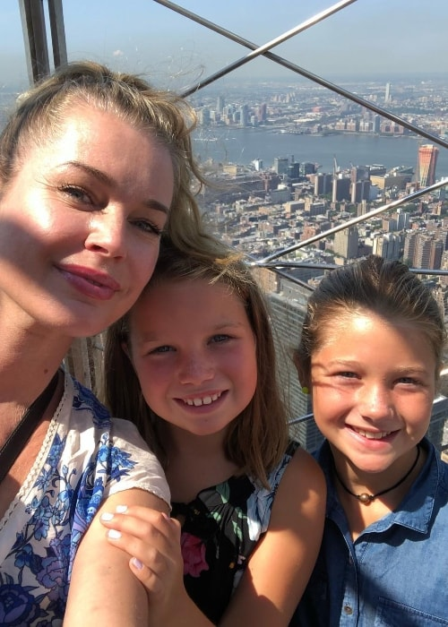 Rebecca Romijn in a selfie with her daughters in August 2018