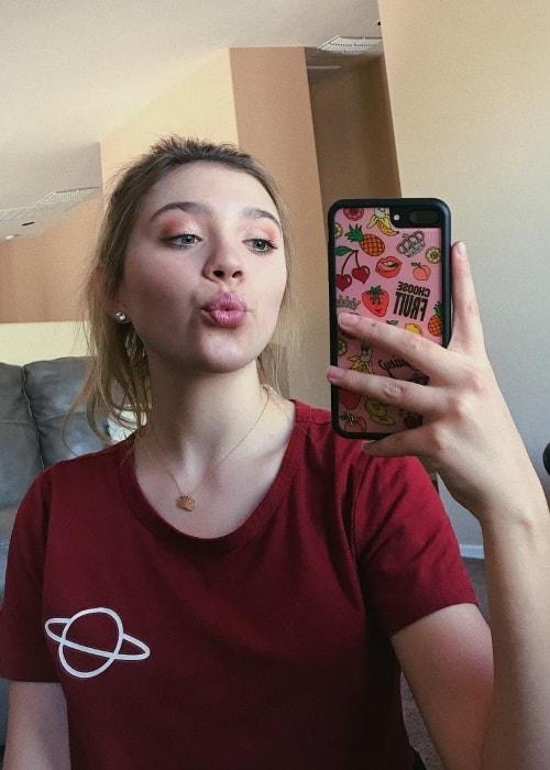 Sasha Morga pouting in a mirror selfie in September 2018