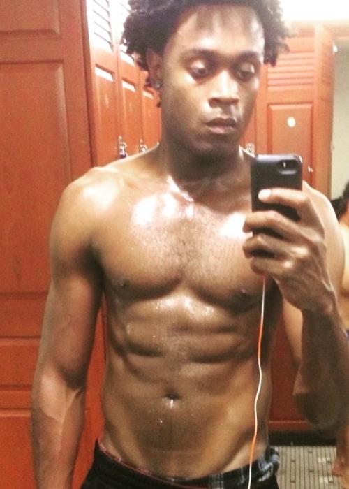 Echo Kellum in a shirtless mirror selfie in December 2016