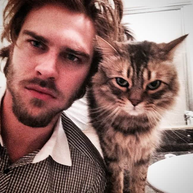 Grey Damon in a selfie with his cat in February 2015