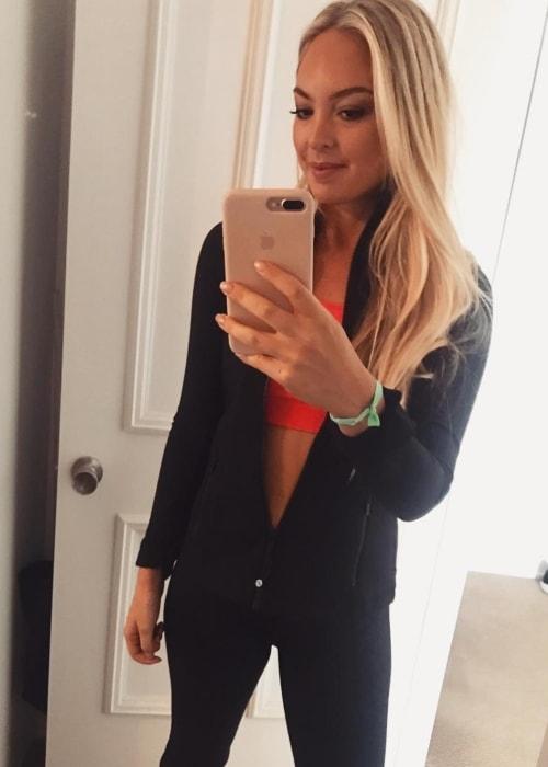 Jessica Sepel in a mirror selfie in October 2018