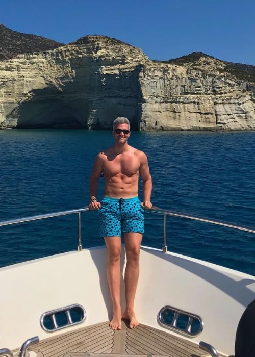 Ryan Serhant posing shirtless in Mílos, Kikladhes, Greece in September 2018