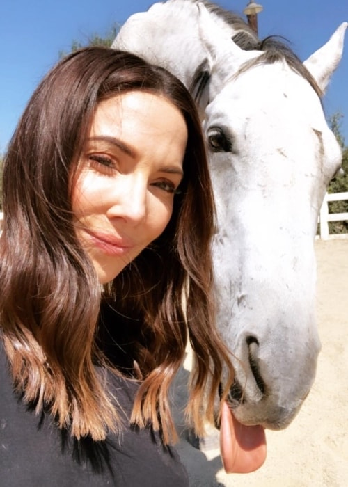Whitney Cummings in a selfie with the horse named 'King' in October 2018